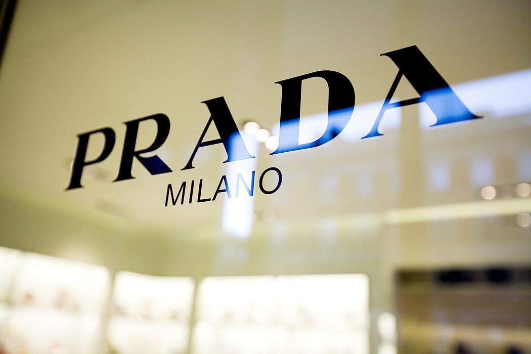 fe2c4337c87a Бутик Prada на Большой Конюшенной улице — первый монобрендовой магазин  миланского бренда в Санкт-Петербурге. До этого вещи Prada можно было купить  только в ...